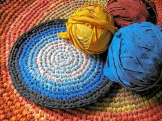 Rag rug crochet is a terrific way to upcycle your old clothing, sheets, and towels into chic home decor. Here is a free crochet rag rug pattern. Crochet Circle Pattern, Crochet Coaster Pattern, Crochet Rug Patterns, Crochet Circles, Doily Patterns, Crochet Rugs, Crochet Ideas, Braided Rag Rugs, Crochet Snowflakes