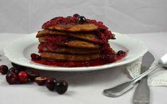 Glutenfreie Lebkuchen-Pancakes mit Himbeer-Cranberry-Sauce