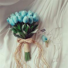 Turkuaz Lale Gelin Çiçeği Buketi   Beyaz Buket Buketimiz 1. Kalite yapay canlı doku çiçeklerle hazırlanmıştır. Gelin buketimizde 30 adet lale ve beyaz lavanta çiçekleri kullanılmıştır. Damat yaka çiçeği hediyemizdir. Kişiye özel hazırlanmaktadır. Kargoya teslim edilme süresi 2-5 iş günü arasında değişmektedir.