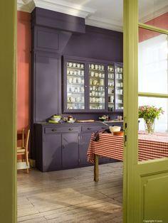 Grande et belle cuisine, j'aime le mélange de ces trois couleurs : aubergine, paprika et vert pistache. Parfois, il suffit d'oser...