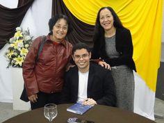 O #autor #MatheusLCarvalho autografando exemplar de seu #livro #OValeDosLobos.