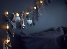 Stužky a peříčka dodají osvětlovacímu řetězu hravost; zavěste ho u hlavy postele místo čela.