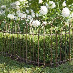 Des tiges de métal comme des branches d'osier pour le jardin