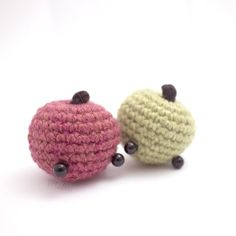 Crochet your own little apples with this quick amigurumi pattern