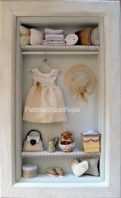 By Patricia Cruzat ♡ ♡ Vitrine Miniature, Miniature Rooms, Miniature Crafts, Miniature Furniture, Dollhouse Furniture, Mini Doll House, Barbie Doll House, Dollhouse Dolls, Dollhouse Miniatures