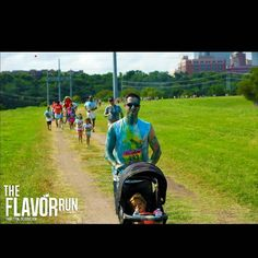 We are so excited to see all the DAD RUNNERS this year! #dadswhorun #cooldad #flavorrun #familyfun #cutekids #strollerrun #blue #happy #happypeople #runhappy #trailrunner #tgit