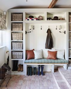 Flawless Wonderful Inspiration With 25 Boot Rooms Design and Mudrooms Idea Some people might sound familiar with the boot room and mudroom. Boot room and mudroom is a storage that can not be separated. And a separate bedroom . Ideas De Closets, Boot Room Utility, Ikea Utility Room, Utility Room Designs, Mud Room Designs, Country Interior Design, Country Interiors, Porch Interior Ideas, Interior Design Tips