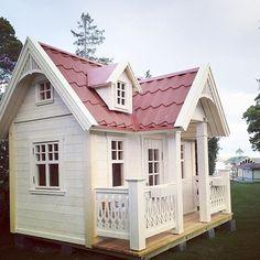 A Dream playhouse. Exclusive, beautiful and elegant playhouses. This model got inspired from New England, but are suitable in both modern and classic gardens. Exklusiv lekstuga där detaljerna gör den till en av våra finaste! Takkupor,  och snickarglädje på både gavel och räcke.
