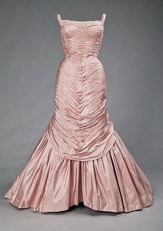 (via Chicago History Museum) Charles James' 'Tree' dress, The name of the dress does not refer to the beautiful bark-like ruching it displays, but is probably a reference to one of the earlier purchasers of the design, a Mrs. Vestidos Vintage, Vintage Gowns, Mode Vintage, Vintage Outfits, Vintage Clothing, Charles James, Beautiful Gowns, Beautiful Outfits, Regal Retro