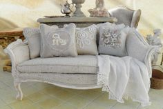 Lovely couch, perfect for any dollshouse