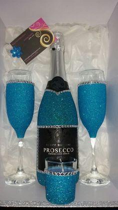 Birthday gift wine glass 66 New Ideas Glitter Wine Glasses, Diy Wine Glasses, Decorated Wine Glasses, Painted Wine Glasses, Decorated Liquor Bottles, Glitter Wine Bottles, Liquor Bottle Crafts, Wine Glass Crafts, Diy Bottle