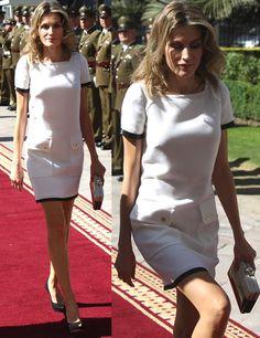 Mini  En su visita oficial a Chile, Letizia sorprendió con este vestido mini blanco ribeteado con manga corta y bolsillos con botones dorados.