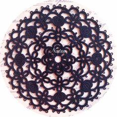 黒糸のドイリー❁  お気に入りの一枚です。  黒糸は目を数えるのが難しいですが、それだけで大人な感じに仕上がるので…また次も!と編みたくなってしまいます(笑)  #タティングレース  #タティング  #ドイリー  #オリジナル  #tattinglace  #tatting  #doily  #original  #태팅레이스 #태팅  #도일리  #오리지널