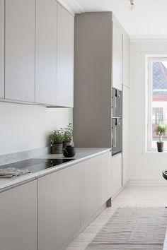 Award Winning kitchens in Scandinavian Design – Nordiska Kök - Modern Grey Kitchen Interior, Kitchen Room Design, Kitchen Decor, Beige Kitchen, Boho Kitchen, Country Kitchen, Brown Kitchens, Home Kitchens, Small Kitchen Appliances