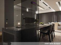 廚房以透明灰玻璃打造隔間牆與雙入口的門片,餐桌則穿過灰玻隔間進入廚房,化為備餐檯。