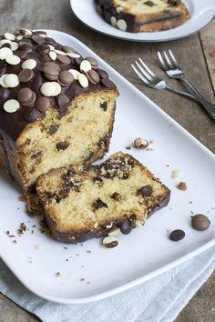 In de video van vandaag ga ik aan de slag met deOud-Hollandse cake. We geven hem een twist, met chocolade. Want chocolade maakt alles lekkerder! We gaan voor een chocolate chip cake. Ik maak een luchtige cake met daarin stukjes chocolade (in drie smaken!). Voor de finishing touch giet ik een lekkere chocolade ganache over... LEES MEER...