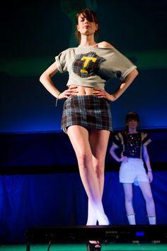 """""""Preppy girls"""" è il titolo della sfilata di moda dell'Istituto Aldrovandi Rubbiani di Bologna, ispirata all'abbigliamento dei college americani, che si è svolta al cinema Perla: tutto esaurito, genitori e insegnanti, con la preside, in platea ad applaudire le aspirant"""