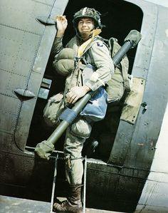 Amerikansk fallskärmsjägare i dörröppningen på C-47 Dakota. I tre av böckerna kan du läsa om hur USA använde sig av fallskärmsjägare under andra världskriget.