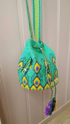 Handmade of high-quality cotton wayuu mochila bag with cotton lining The band is woven and finished with beautiful beads. Kimohumokoord with a nice disk bead. With the Nice item a small portomoneetje. Filet Crochet, Crochet Stitches, Knit Crochet, Crochet Handbags, Crochet Purses, Tapestry Crochet Patterns, Knitting Patterns, Mochila Crochet, Peacock Pattern