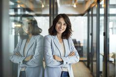 Miért jó vezetők az introvertáltak? - Nő és férfi   Femina Business Portrait, Corporate Women, Marissa Meyer, Arms Crossed, Marketing Jobs, Portrait Photo, New Job, Personal Branding, Ursula