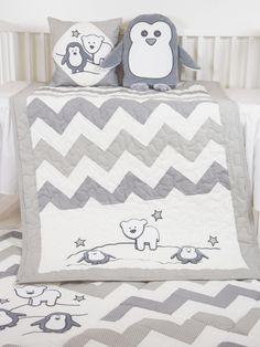 Pingouin Baby Quilt, couverture gris enfant en bas âge, lit de bébé à la main de literie pour bébé garçon ou fille  Jai fait une couverture de bébé pingouin mignon. Agréable pour les garçons, avec des couleurs différentes bien sûr. Jai utilisé le motif chevron intemporel et fait la demande avec la technique de patchwork. Peut être fait nimporte quelle taille et la couleur, ou avec des applications différentes.  La courtepointe mesure 40 x 56 cest une taille grand lit. Il sera aussi parfait…