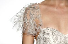 Manguita volada de tul transparente, con bordados ilusión en color plata, de la colección de vestidos de novia de Kenneth Pool.