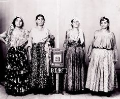 Gypsy fortune tellers mug shots in New York, 1934 ~ From the fantabulouse collection Bohemian Gypsy, Gypsy Style, Bohemian Style, Boho Chic, Vintage Pictures, Vintage Images, Gypsy Fortune Teller, Estilo Hippie, Vintage Gypsy