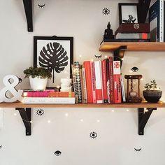 #Repost lá do @apto03 desse cantinho que a gente adora, cheio de coisinhas da nossa loja.  Kit de Adesivos Olhos, Vasinho de Concreto, String Lights e a capa do nosso Calendário 2017 que vira poster. Muito amor envolvido.  Link da loja aqui no nosso perfil.    #DivirtaSeDecorando #decoracao #decor #instadecor #designdeinteriores #aparatamento #arquitetura #casamento #cantinho #stringlights #inspiracao #instadecor #livros #parede #decorando #diy #façavocemesmo #estiloescandinavo #scandi…