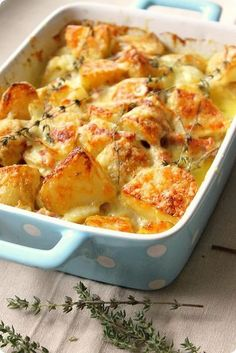This with Bacon, Potatoes, Cheese, Mac'n'cheese. Tartiflette (Bacon and Potatoes) A French comfort food. Lovely cheese melted on crispy potatoes, flavoured with bacon and spiced with thyme. Potato Dishes, Potato Recipes, Food Dishes, Side Dishes, Chicken Recipes, Cheesy Recipes, Veggie Recipes, Pasta Recipes, Crockpot Recipes