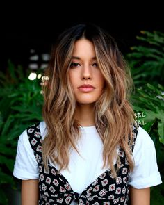 13 stunning bob haircuts for medium length hairstyles - discover our prettiest bob hairstyles with balayages, shaggy bob hairstyles or a lovely ombre hair colour. These are the trendiest hairstyles for hairstyles bob mediumhair balayage 23855073014182465 Cabelo Inspo, Medium Hair Styles, Long Hair Styles, Ombre Hair Color, Balayage Color, Balayage Brunette, Brunette Highlights, Sunkissed Hair Brunette, Medium Hair Highlights