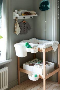 Gör blöjbytena till kvalitetstid. Ett skötbord med allt du behöver inom räckhåll hjälper både dig och ditt barn att få en mysig stund tillsammans. Dimmad belysning ger ett softare sken på natten så att den övriga familjen inte vaknar. SNIGLAR Skötbord, bok/vit, SOLGUL Vägghylla, vit. Sniglar, Bok, Table, Furniture, Home Decor, Decoration Home, Room Decor, Tables, Home Furnishings