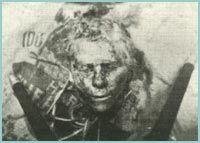 Ed Gein- En su casa guardaba varias cabezas casi intactas, además elaboraba muebles con la piel y huesos de los cadaveres, asimismo se elaboró prendas de vestir como un chaleco con la piel humana de sus víctimas.