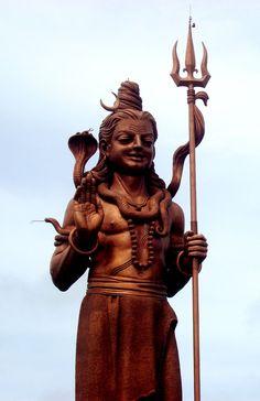 Statue monumentale de Shiva, avec un croissant de lune sur sa tête, un cobra…