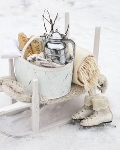 Schnee-Stilleben mit Schlitten und Co. - sehr stimmig #schneeimpressionen #snowimpressions #snow
