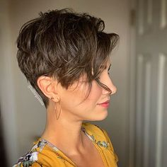 32 Best Short Layered Pixie Cut Ideas In every period of rapidly changing hair trends, short pixie cuts can be an excellent experience if you're tired Blonde Pixie Haircut, Messy Pixie Haircut, Short Blonde Pixie, Long Pixie, Short Pixie Haircuts, Short Hairstyles For Women, Short Hair Cuts, Haircut Short, Pixie Bob