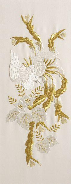 Cigogne. Broderie blanche et or: