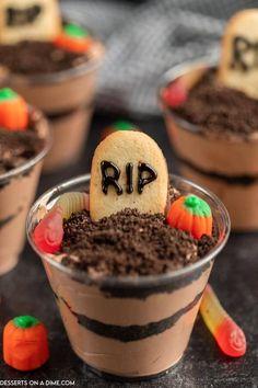 Halloween Birthday Cakes, Halloween Cups, Halloween Party Snacks, Halloween Treats For Kids, Halloween Baking, Halloween Sweets, Halloween Dessert Recipes, Halloween Goodies, Dirt Cake Cups