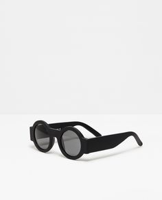 Discover the new ZARA collection online. The latest trends for Woman, Man, Kids and next season's ad campaigns. Circle Glasses Frames, Shades For Men, Round Sunglasses, Mens Sunglasses, Diy Friendship Bracelets Patterns, Fashion Eye Glasses, Zara New, Vintage Men, Retro Vintage