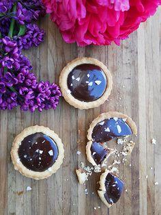 Spröda mördegsskal fyllda med saltkola och täckta med silkeslen chokladganache. Dessa små tartletter är så drömmigt goda, och kan såklart lika gärna göras i ett stort pajskal, om man inte...