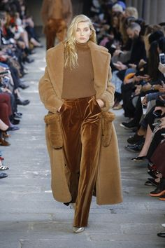 Max Mara Automne/Hiver Womenswear - Fashion Week, Page 17 ( France - look 70s Fashion, Fashion Week, Womens Fashion, Fashion Trends, Fashion Mode, Petite Fashion, Street Fashion, Milan Fashion, Fashion Clothes