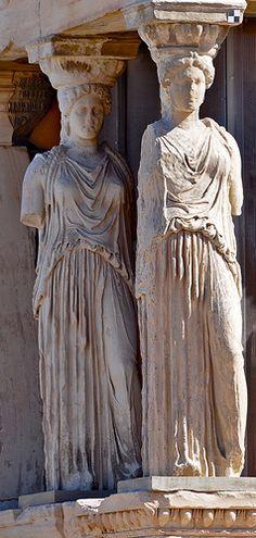 Caryatides de l'Érechthéion L'Érechthéion est un temple édifié sur l'Acropole d'Athènes au Ve siècle av. J.-C. Les caryatides soutiennent le porche des Corés.
