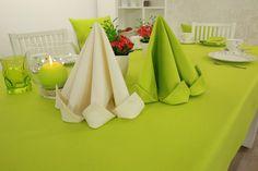 Kräftiges grün ist die Farbe dieser Tischdecke und Stoffserviette. Mit kleinem Aufwand schaffen Sie durch schön gefaltete Servietten ein angenehmes Ambiente.