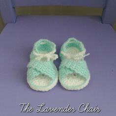 These crochet crisscross baby sandals are so cute and this pattern offers three different sizes for you to make! Sizes 0-3 months (3-6 months, 6-9months) Materials Light Worsted Weight Yarn Yarn Ne...