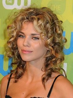 32 best ideas hairstyles for medium length hair with layers wavy curls Short Layered Curly Hair, Layered Curls, Wavy Curls, Medium Curly, Curly Hair Cuts, Wavy Hair, New Hair, Curly Hair Styles, Messy Curls