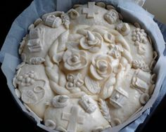 Ukrsi za slavski kolač su ukrasi napravljeni od slanog posnog testa. Ukrasi za slavski kolač su simboli dobrih želja naučite kako da napravite ukrase: bure, grozd, klas žita, pticu, knjigu, ruže, kale i listove. Napravite domaće ukrase za svavski kolač.