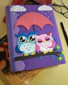 Discover thousands of images about como decorar un album de tareas con fieltro Owl Crafts, Diy And Crafts, Crafts For Kids, Arts And Crafts, Paper Crafts, Decorate Notebook, Diy Notebook, File Decoration Ideas, Scrapbook Albums
