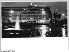 """http://www.app-in-die-geschichte.de/document/63653 Zentralbild Sindermann 23.6.69 Rostock: Interhotel """"Warnow"""" bei Nacht."""