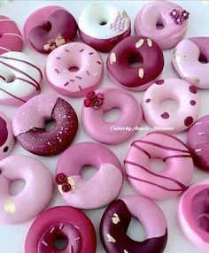 Have you ever eaten donuts made out of fondant? I donut if I remember but here they are, made out of fondant for my next cake! Fancy Donuts, Cute Donuts, Mini Donuts, Doughnuts, Vanilla Donut Recipes, Cupcake Recipes, Creative Cakes, Creative Food, Delicious Donuts
