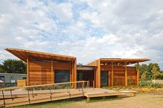 """New Zealand beach house - slatted """"wings"""" shade the roof and keep the energy consumption low"""