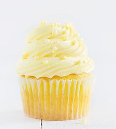 Easy Lemon Cupcakes with Lemon Buttercream - Baking a delicious lemon cupcake doesn't have to be complicated! Try this easy recipes for a fast treat! Lemon Desserts, Köstliche Desserts, Lemon Recipes, Baking Recipes, Delicious Desserts, Dessert Recipes, Easy Recipes, Yellow Desserts, Plated Desserts